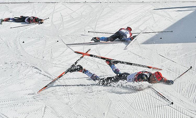 Финиш мучительного 50-километрового марафона. Через несколько минут Александр Легков, Максим Вылегжанин и Илья Черноусов смогут встать. И поднимутся на пьедестал.