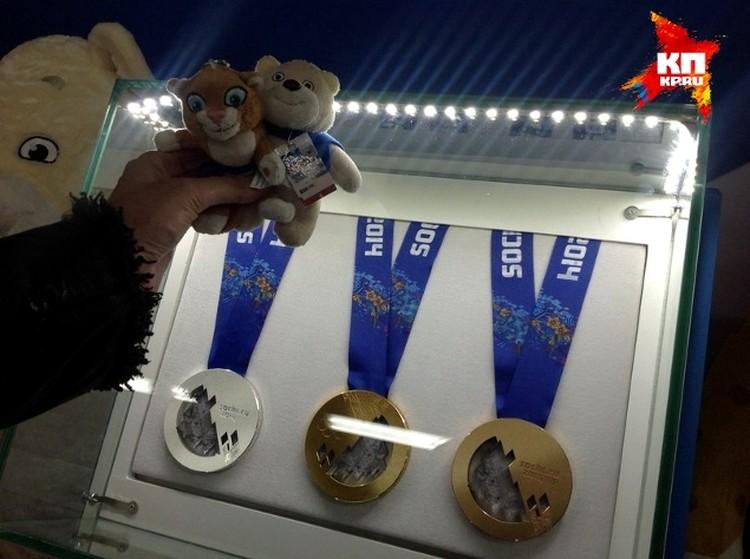 Олимпийские талисманы медведь Артур и барс Гера (так их назвала хозяйка) в свободное от волонтёрской деятельности время решили культурно развиваться и заглянули в олимпийский музей. А там награды сочинской Олимпиады. На медали можно взглянуть в упор, на