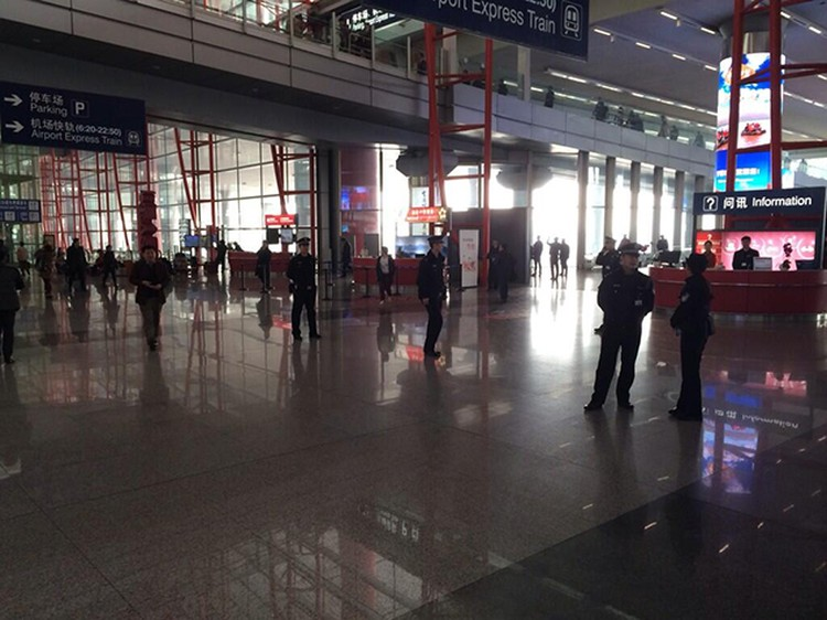 В аэропорту Пекина сейчас много полиции и журналистов