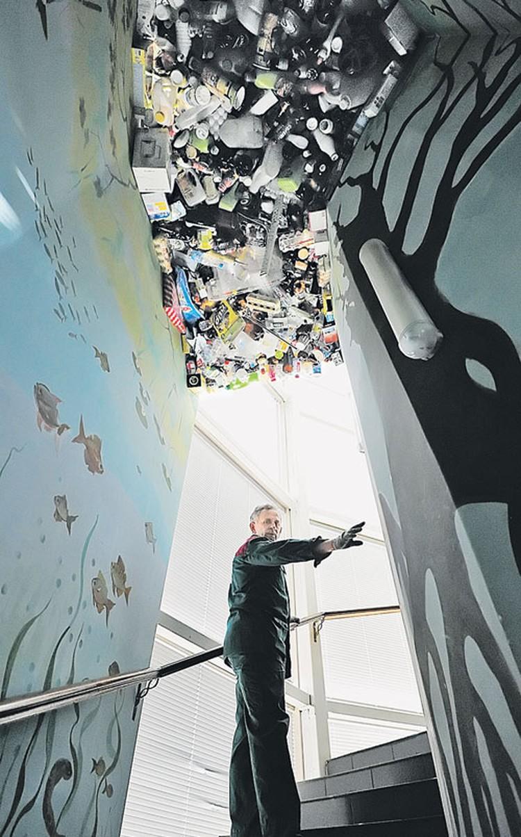 В компании «Вторсырьепереработка» соорудили целую инсталляцию из мусора. В назидание тем, кто его не сортирует.