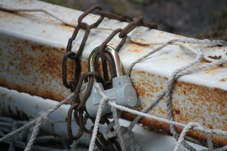Сейчас все ворота убрали подальше, заковали цепями и закрыли на замки