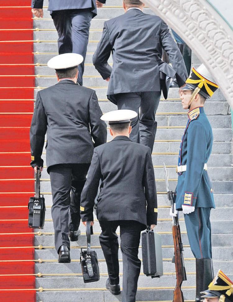 Ядерный чемоданчик за президентом носят офицеры в морской форме.. Эта мода пошла с подачи Раисы Горбачевой. И менять ее не стали.