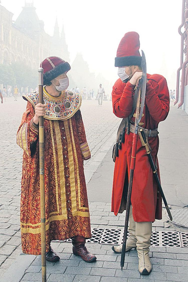 В знойном августе 2010 года из-за смога даже ряженые стрельцы на Красной площади были вынуждены надеть марлевые повязки. В нынешнем месяце тоже обещают жару, но других природных катаклизмов звезды не сулят.