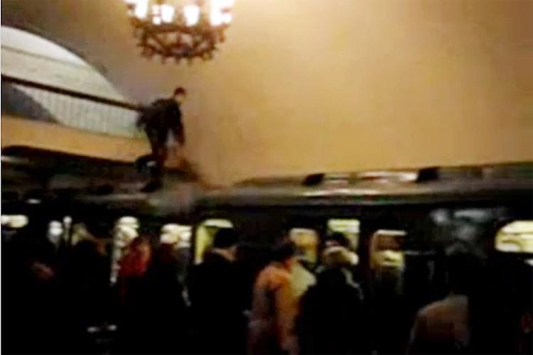 Трюки из московского метро парни выкладывали на свои страницы.