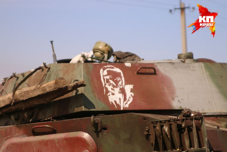 На башне артустановки «Гвоздика», брошенной криворожскими артиллеристами, кто-то белой краской нарисовал профиль казака с аутентичным чубом