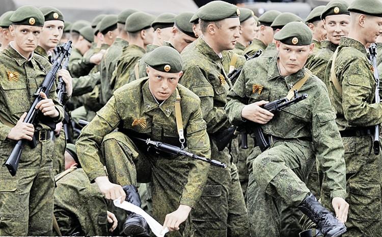 На параде 2011 года войска были в форме от Юдашкина.  «Будничный» вид солдат многим не понравился.