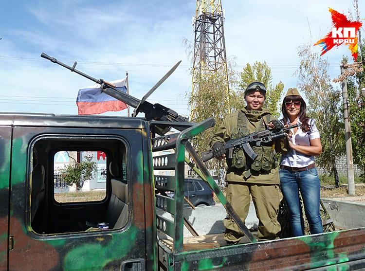 Луганчане фотографируются со своими защитниками