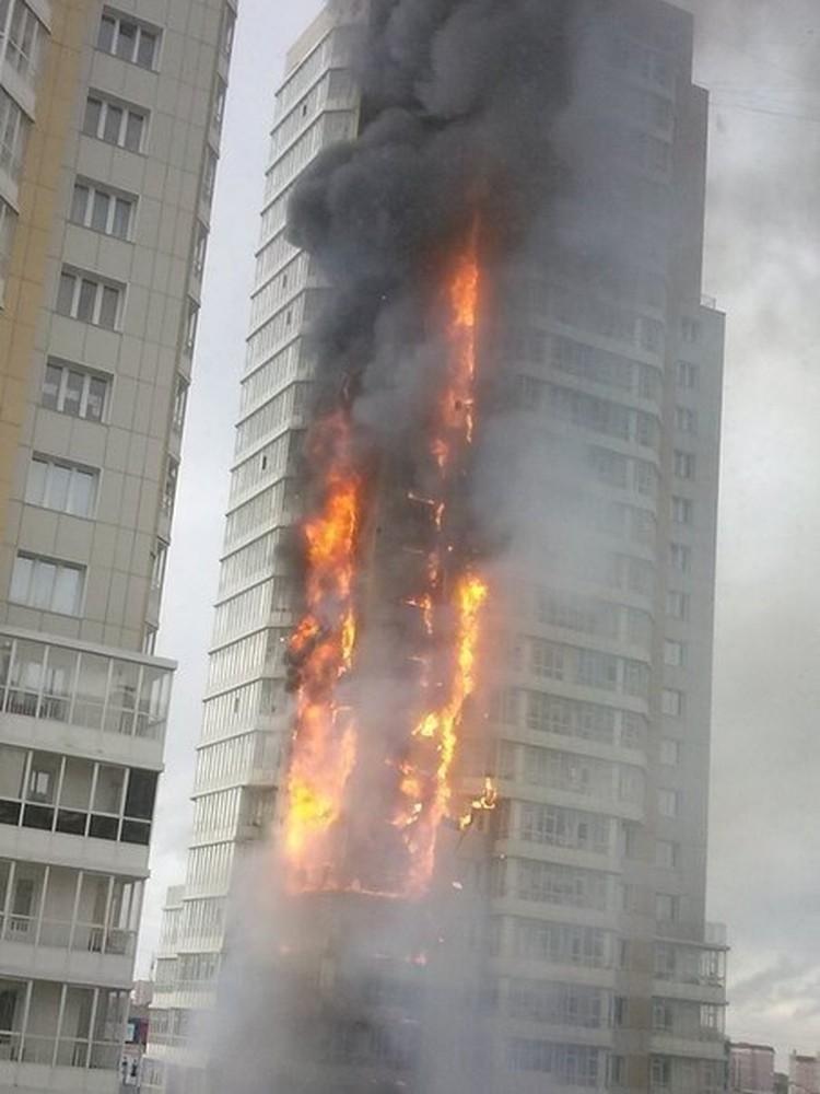 По словам очевидцев, горят уже и машины, стоящие рядом с домом фото: ЧП Красноярск