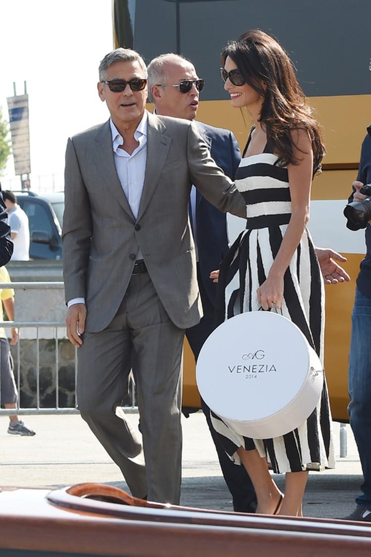 Амаль была одета в очаровательное летнее платье в черно-белую полоску от Dolce&Gabbana.