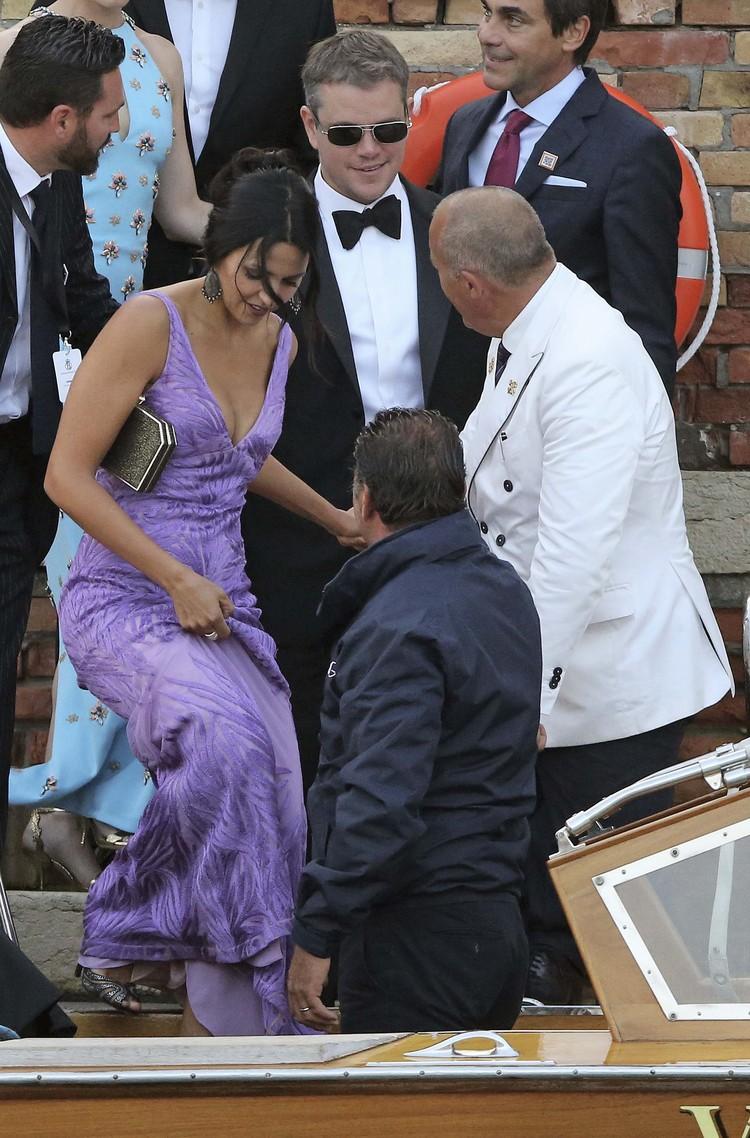 Мэтт Деймон приехал на бракосочетание с женой Лучаной Баррозо.