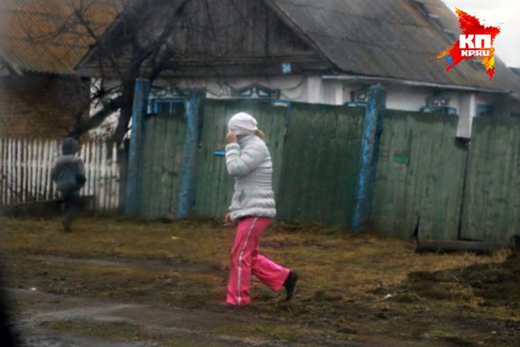 Девочка рукой придерживает куртку в районе живота, а  другой… держит сигаретку