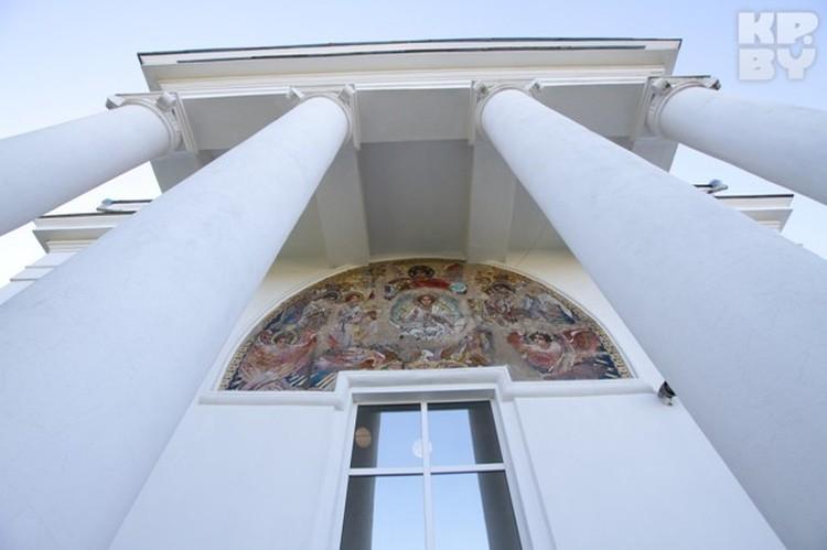 Уникальные мозаики вмонтированы в стены храма.