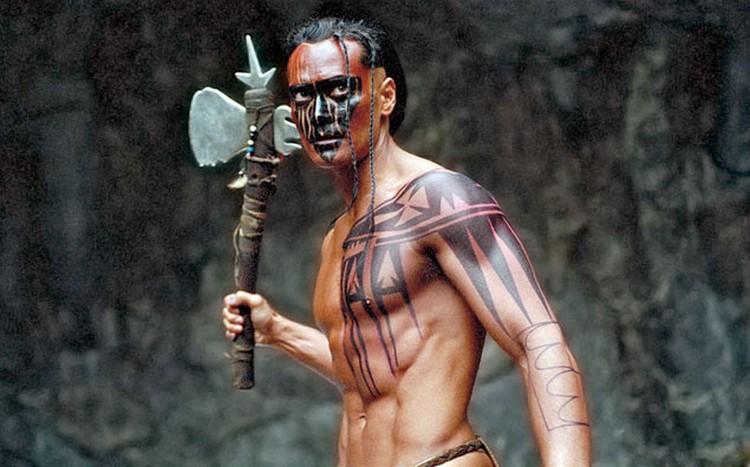 ...а еще лично придумал для актера персонажа в «Братстве волка» - индейца Мани. Кадр из фильма