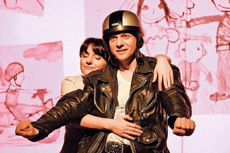 Постоянно снимаясь в сериалах, Флёров не забывает  и о театре  (с Ингой Оболдиной в спектакле «Парикмахерша»).