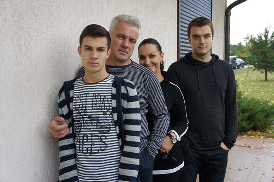 Актер говорит, что Светлана - идеальная мама. С сыновьями Климом (слева) и Вовой. Фото: из личного архива