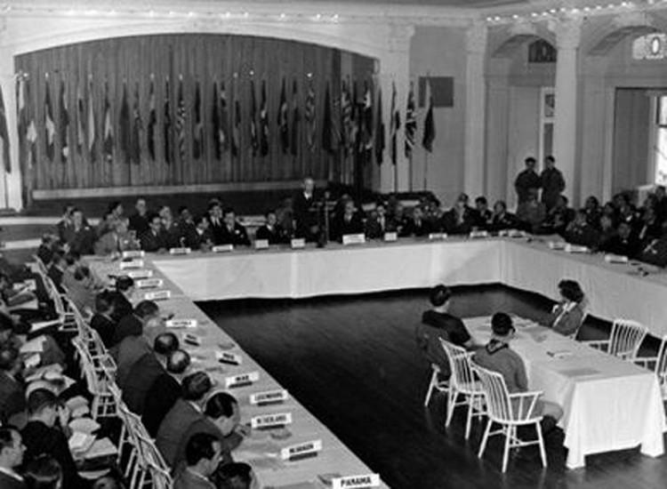 Представляете: еще гремят пушки Второй мировой, союзники только-только открыли долгожданный «второй фронт», высаживались на побережье Франции, а в живописном местечке Бреттон-Вудс штата Нью-Хэмпшир 1 июля открывается валютно-финансовая конференция
