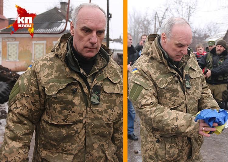 """Захарченко сдержал слово и отдал украинскому полковнику (на фото) флаг """"киборгов"""" из здания Донецкого аэропорта."""