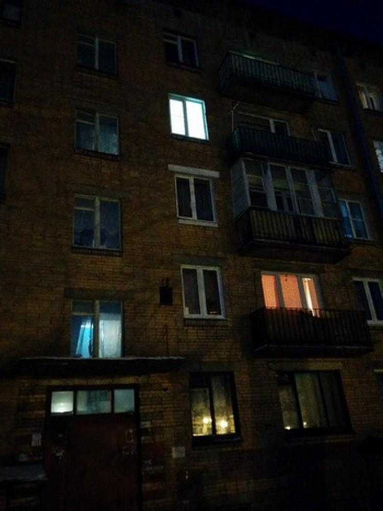 Свет в окнах квартиры, где жила блокадница, светится. Но ее там нет