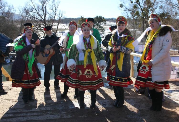 На праздники пели русские песни.