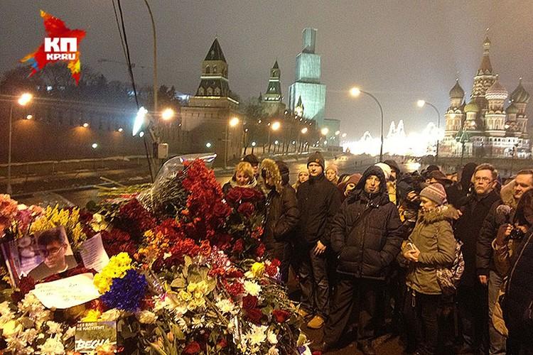 Место убийства политика утопает в цветах.