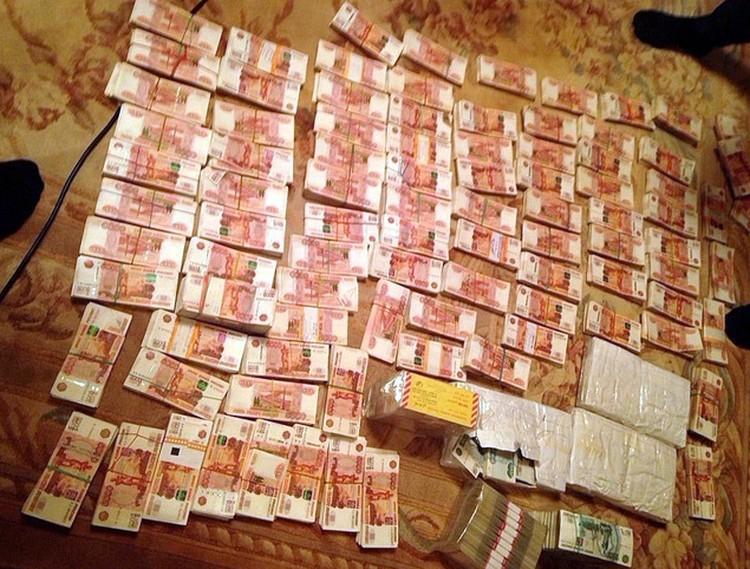 Во время обыска были изъяты деньги и документы