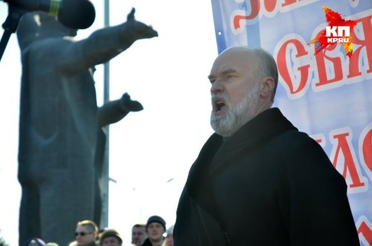 Священник Александр Новопашин поет гимн России.