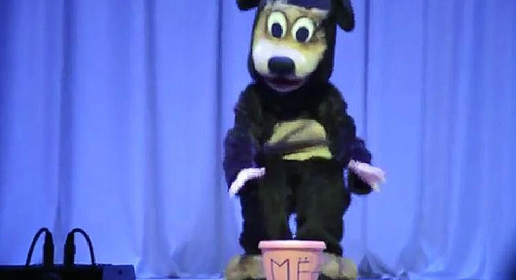 Номер начинается вполне пристойно, на сцене появляется медведь с бочонком мёда...