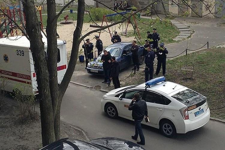 Киевские оперативники на месте убийства писателя.