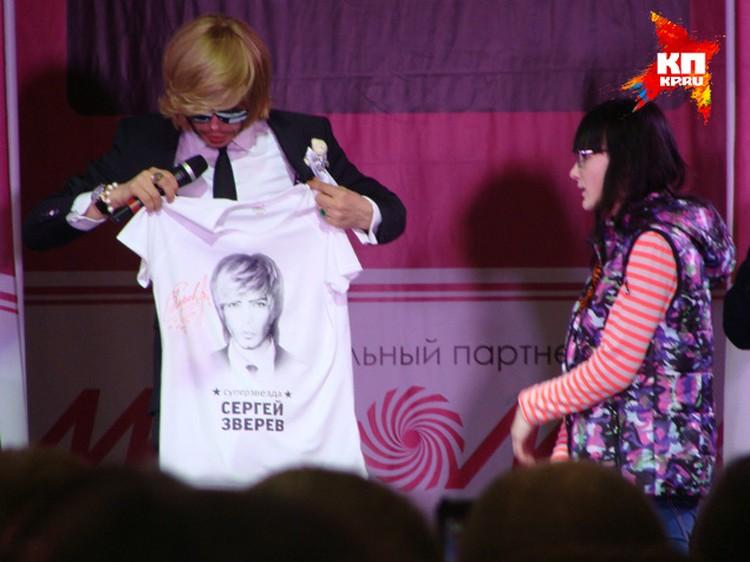 Главный парикмахер страны подарил брянцам именные футболки. Фото: Марина ГУСЕВА