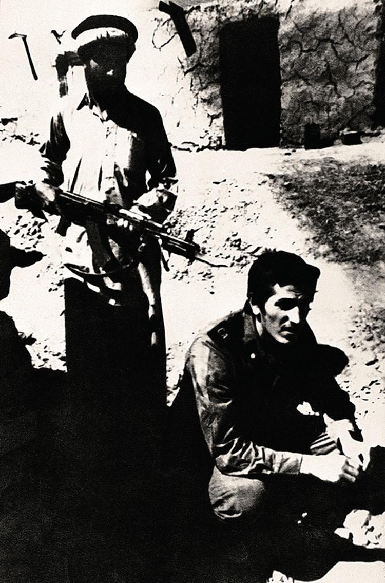 На этом фото - плененный в афганистане советский солдат. Ему, как и нашим бойцам, предлагали отречься от Родины. Большинство отказались пойти на это. Фото: AP
