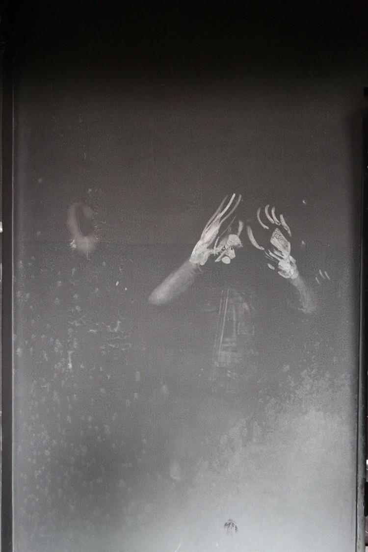 Страшное фото  из одесского Дома профсоюзов. На черной от копоти стене следы человека. Вероятно, перед смертью он прислонился к ней лицом...