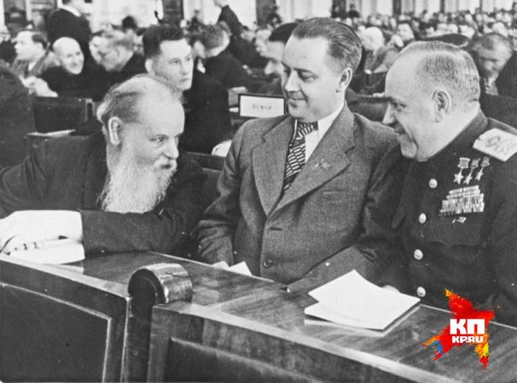 Маршал Жуков (справа) на заседаниях Верховного совета всегда садился рядом с председателем Свердловского облисполкома (в центре) и сказочником Павлом Бажовым (слева). Фото из Госархива Свердловской области