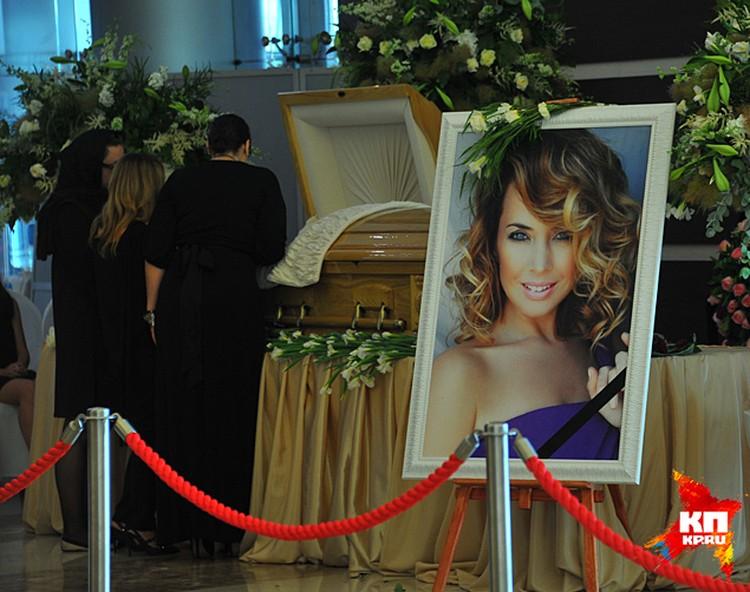 Каждый, кто входил в зал, первым делом видел ее огромный портрет