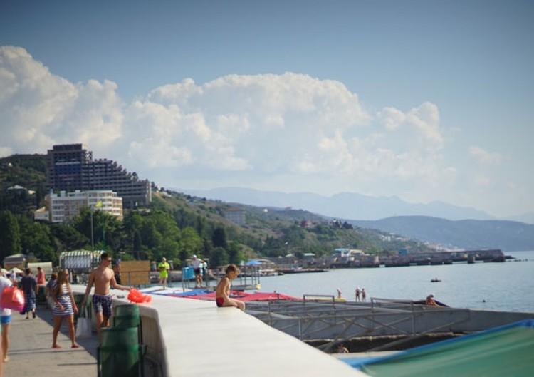 Снимая жилье в центре курортного города, в 50 метрах от воды, можно напороться на бетонную набережную и море с булыжниками.