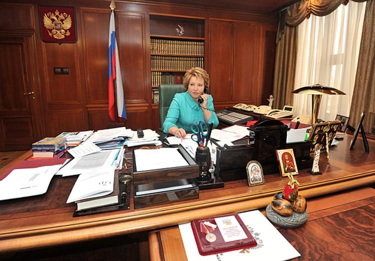 В кабинете Матвиенко помимо телефонов со спецсвязью много личных фотографий, наград и подарков, в том числе, иконы