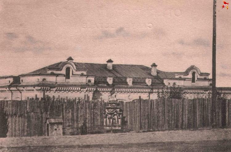 Чтобы царская семья не сбежала, большевики поставили вокруг дома Ипатьева высокий забор. Фото: госархив