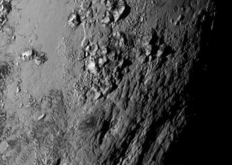 Первый подробный снимок поверхности Плутона, сделанный на расстоянии 770 тысяч км