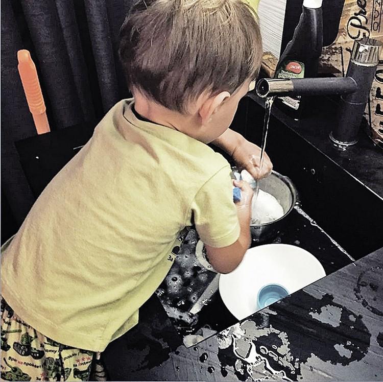 Фото своего сына Вани Елена выкладывает в соцсети, но всегда спиной к камере. Фото: Instagram.ru
