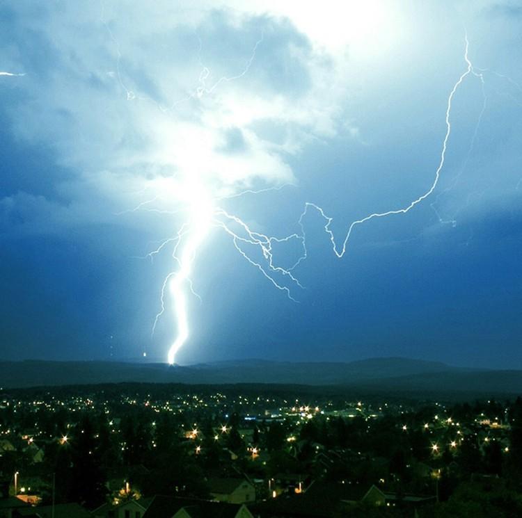 Молнии, усиленные ионизирующим излучением, могут достигать чудовищной мощности.