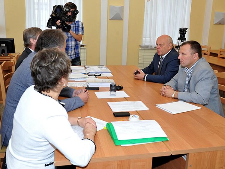 Действующий руководитель области Виктор Назаров 28 июля принес в Избирком подписи депутатов в свою поддержку. Половина претендентов на его кресло не смогли этого сделать и не будут учавствовать в выборах