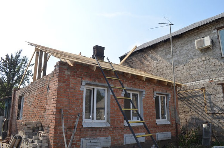 Во время пожара огонь со сгоревшего дома перекинулся на соседний.