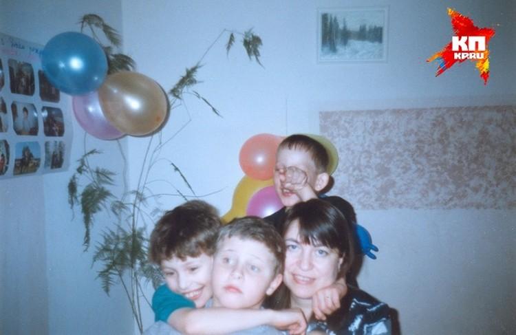 Лариса Толкач с сыновьями. Илюша - слева в синей майке. Фото: из личного архива семьи Толкач.