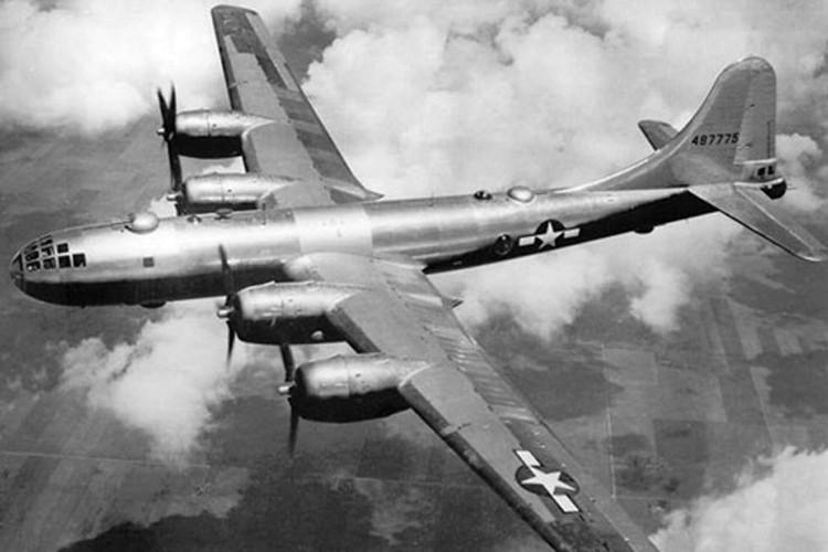 Бомбардировщик Б-29 летит на Хиросиму