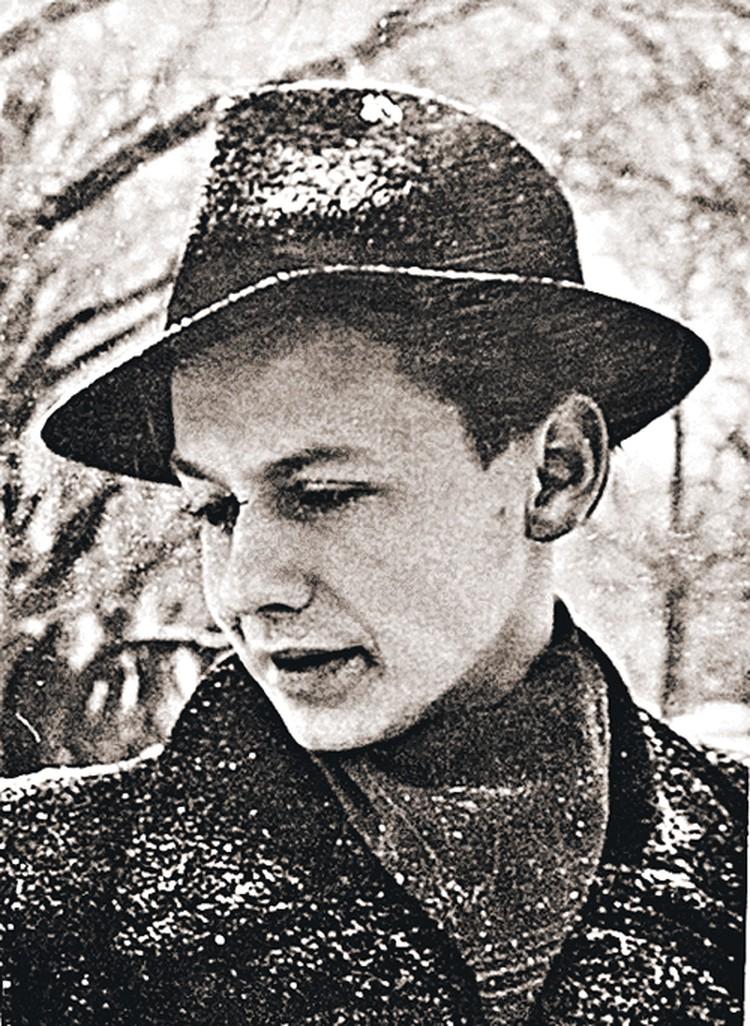 1943 год. Олег пошел в школу в городке на берегу озера Эльтон, где его мама работала в госпитале. Главными радостями будущего артиста были подгорелая пшенка, охота на дроф и, конечно, кино!