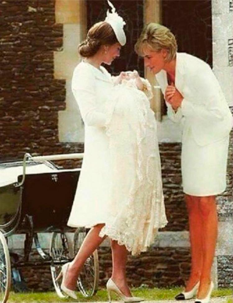 Анонимный блогер объедилинил два известных фото: первый кадр — 2015-го года, сделанный во время крестин принцессы Шарлотты. Второй снимок был сделан в 1997 году, во время встречи принцессы Дианы и матери Терезы.