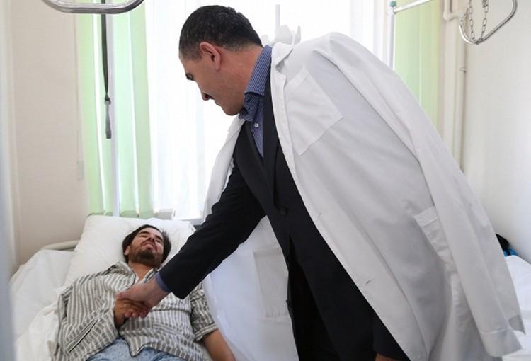Юнус-Бек Евкуров навестил журналиста в больнице. Фото: ingushetia.ru