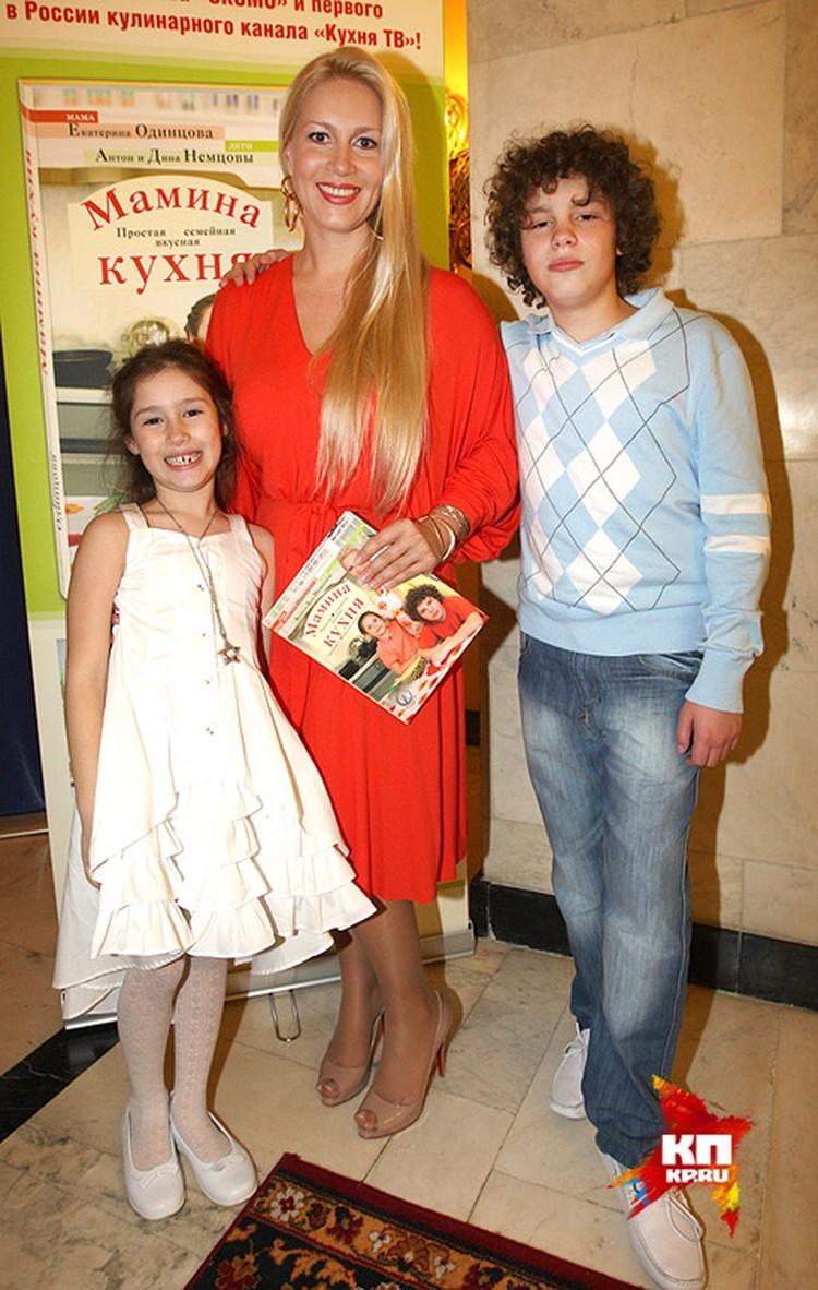 От гражданской супруги телеведущей Екатерины Одинцовой у Немцова есть сын Антон и дочь Дина.