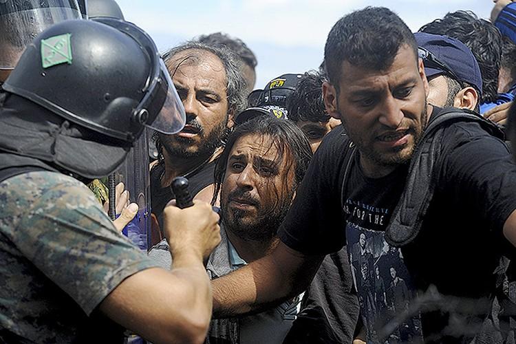 Сотрудники македонской полиции пытаются навести порядок на границе с Грецией, где скопились тысячи мигрантов.