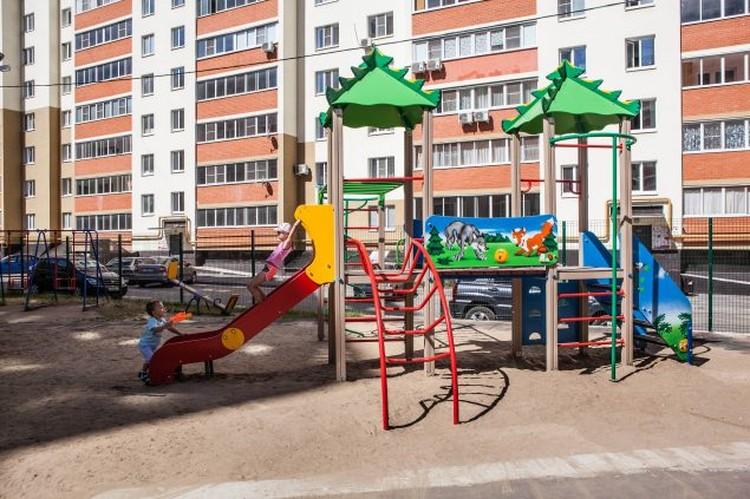 Детская площадка - сразу под окнами.