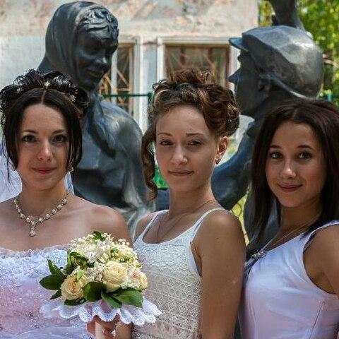 """У скульптуры героев кинофильма """"Любовь и голуби"""" фотосессии - частое дело"""